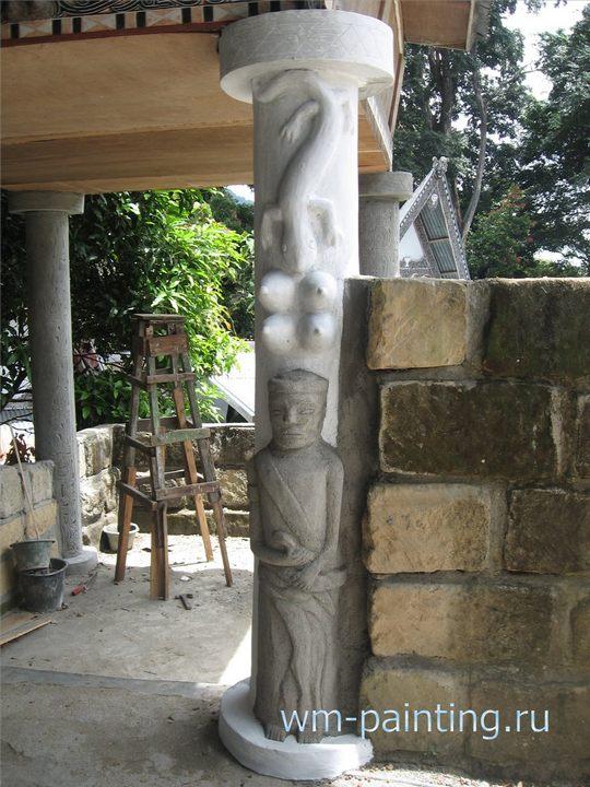 Изображение божества-охранителя, женских грудей и ящерицы. Декорация колонны на одной из галерей, ведущей к могилам семьи Сидабу