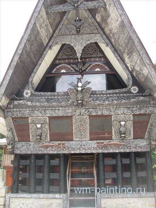 Фасад здания музея культуры Батаков. Город Томок. Остров Самосир на озере Тоба. Северная Суматра.