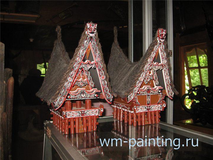 Макеты традиционного амбара и дома батаков в музее.