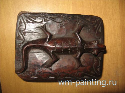 Изображение ящерицы на крышке от шкатулки. Современная работа музея культуры Батаков.