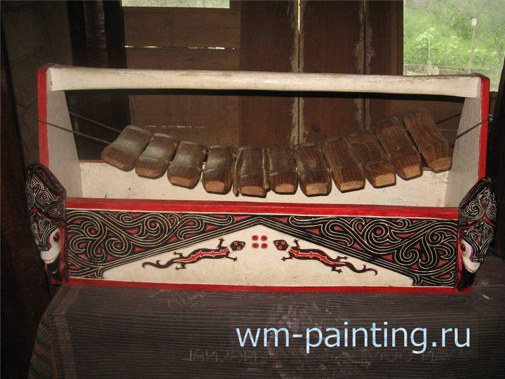 Изображение ящерицы гекко на музыкальном инструменте батаков