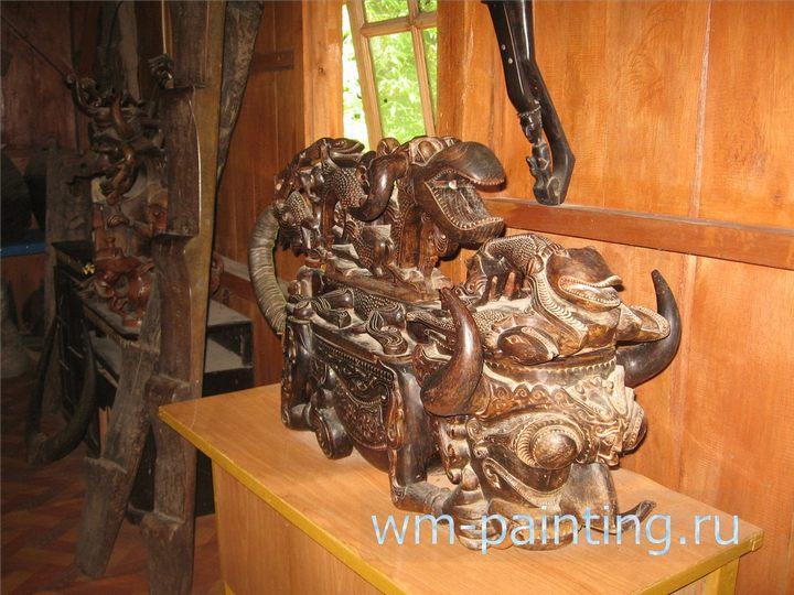 Изображение мифического существа «Синга» на ящике для хранения шаманского инвентаря.