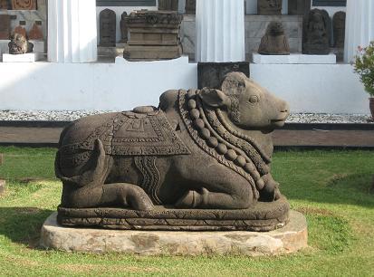 Бык Нанди. XIV век. Скульптура - Джакарта. Национальный музей истории и культуры Индонезии.