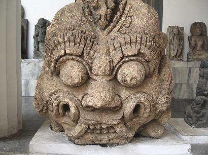 коллекция деталей, таких как базы и капители колонн, обрамления ворот в форме носов драконов или других демонов