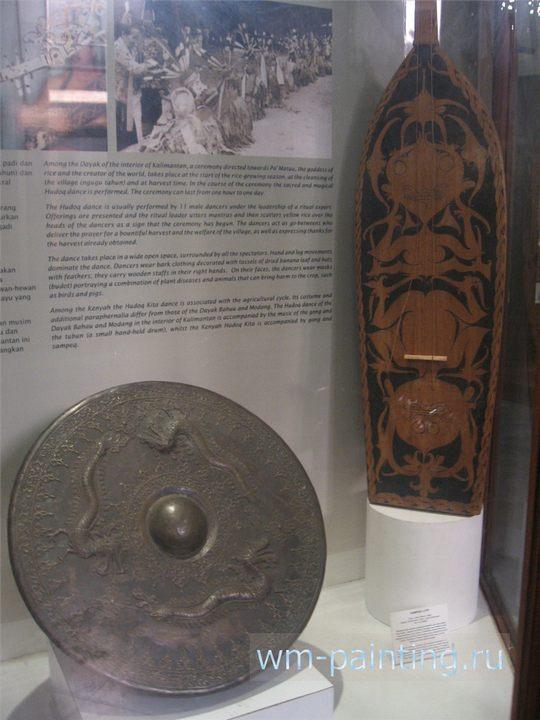 Ритуальные музыкальные инструменты (гонг и сампек) народа даяк с острова Калимантан.