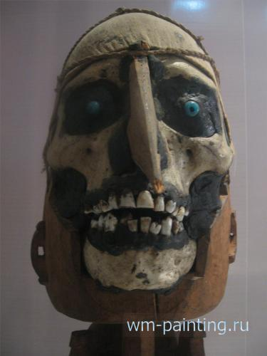 Натуральный череп – статуя предка. Папуа - Национальный музей истории и культуры Индонезии.