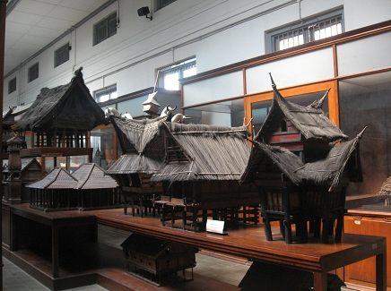 Модели жилищ батаков и минангкабау.