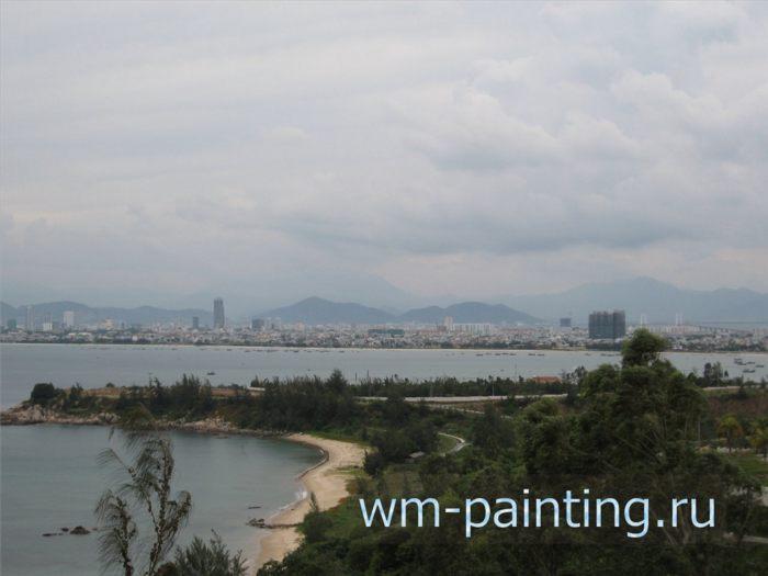 Вид на морское побережье и город Дананг с вершины холма Сон Тча.