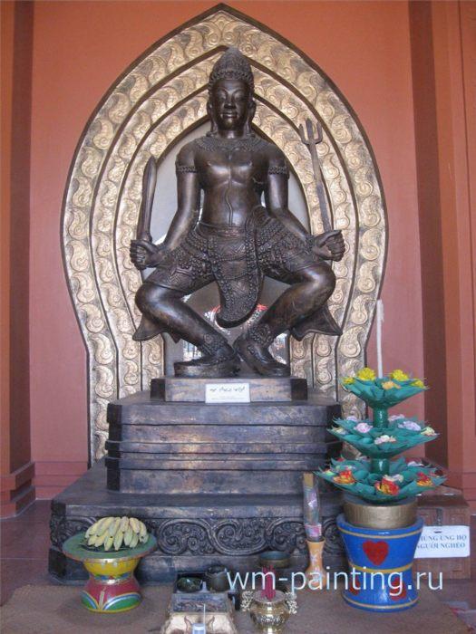 Статуя Бога Шивы. Современная работа. Алтарь при входе в музей.