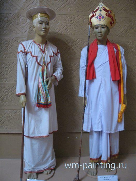 Традиционные костюмы верховных религиозных лидеров народности Чам Бани (слева) и Чам Баламон (справа).