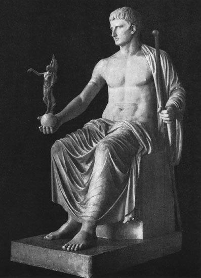 Статуя Августа из Кум. Мрамор. I в. н. э. Санкт-Петербург, Государственный Эрмитаж.
