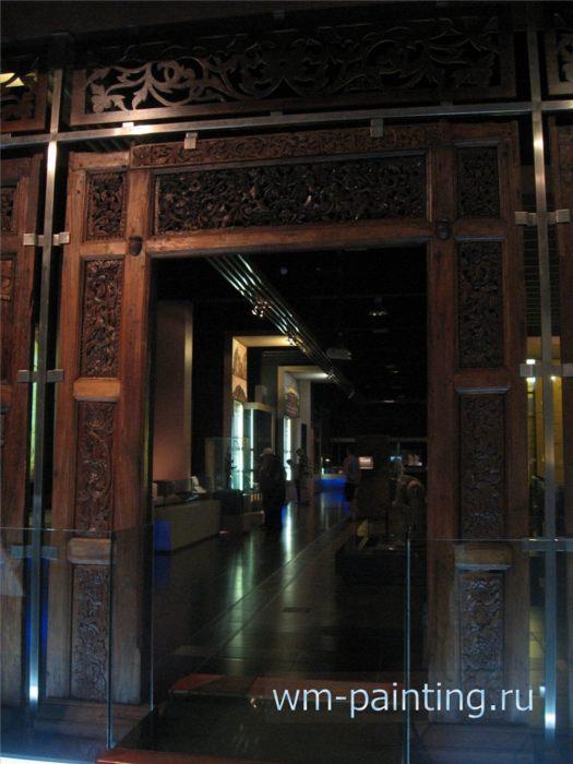 Национальный Музей Малайзии. Стена и дверь дворца Сетул. Тиковое дерево.