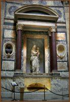 Гробница Рафаэля и Марии Биббиены в Пантеоне. Мадонна выполнена Лоренцетто.
